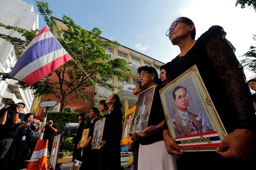 Người dân Thái Lan bày tỏ lòng tiếc thương Nhà vua Bhumibol Adulyadej. Ảnh: WSJ