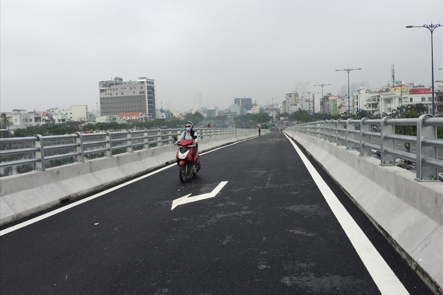 Nhánh N1 từ đường Võ Văn Kiệt đi lên cầu Nguyễn Tri Phương thông xe sáng nay.  Ảnh: M.Q