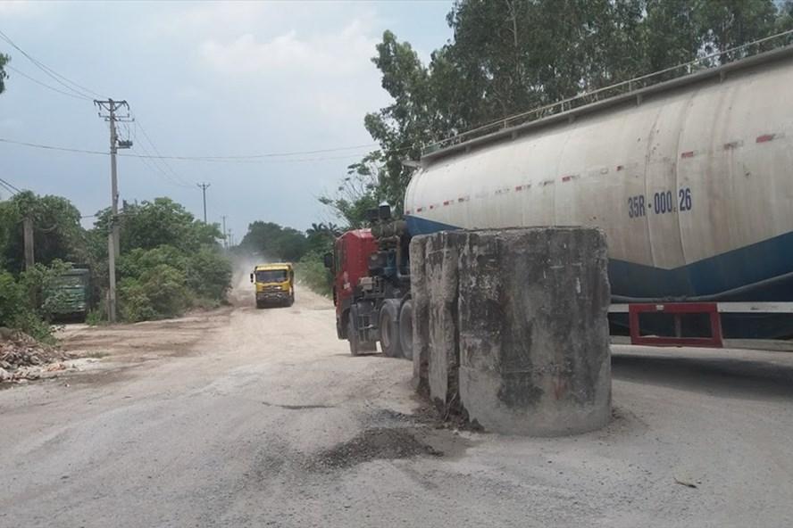 Hàng loạt xe quá tải chở bêtông tươi, vật liệu xây dựng từ cảng Khuyến Lương gây ô nhiễm khói bụi nghiêm trọng. Ảnh: PV