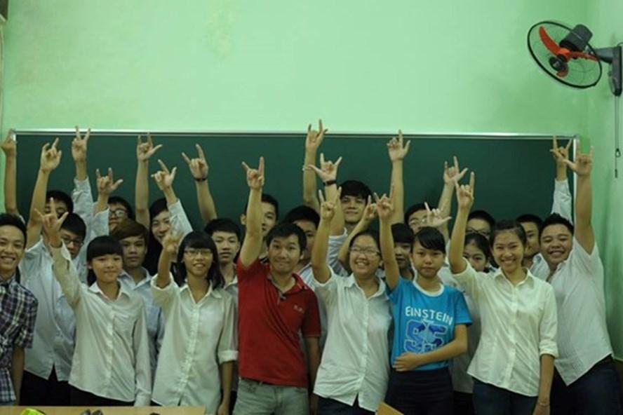 Với cá tính thân thiện, gần gũi, luôn đổi mới phương pháp giảng dạy, thầy Hùng (áo đỏ) được học trò yêu quý.