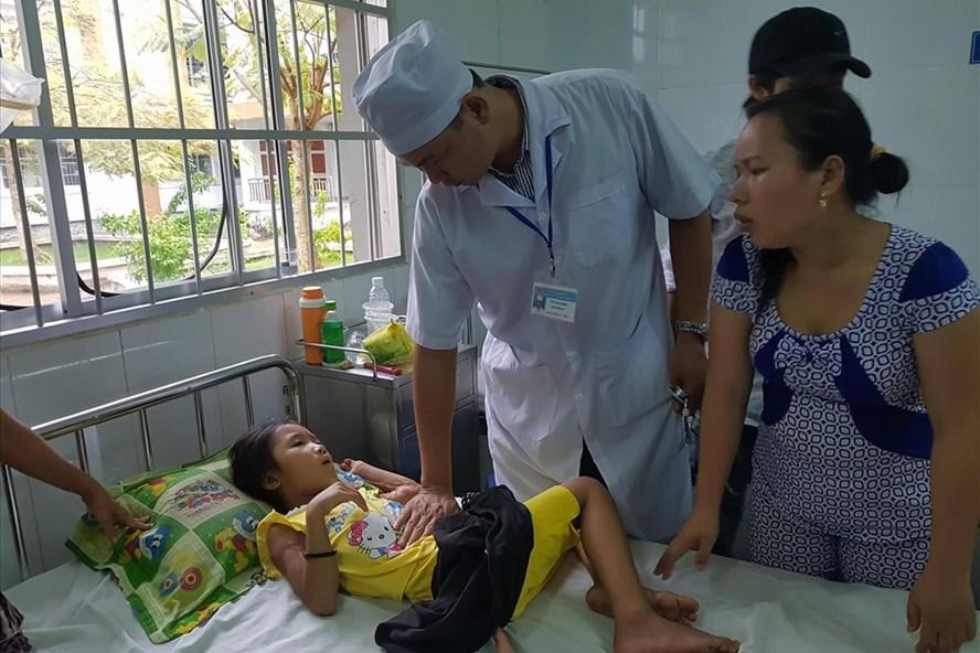 Các học sinh ở Ngã Bảy, Hậu Giang nhập viện điều trị ngày 27.10 (ảnh: P.V)