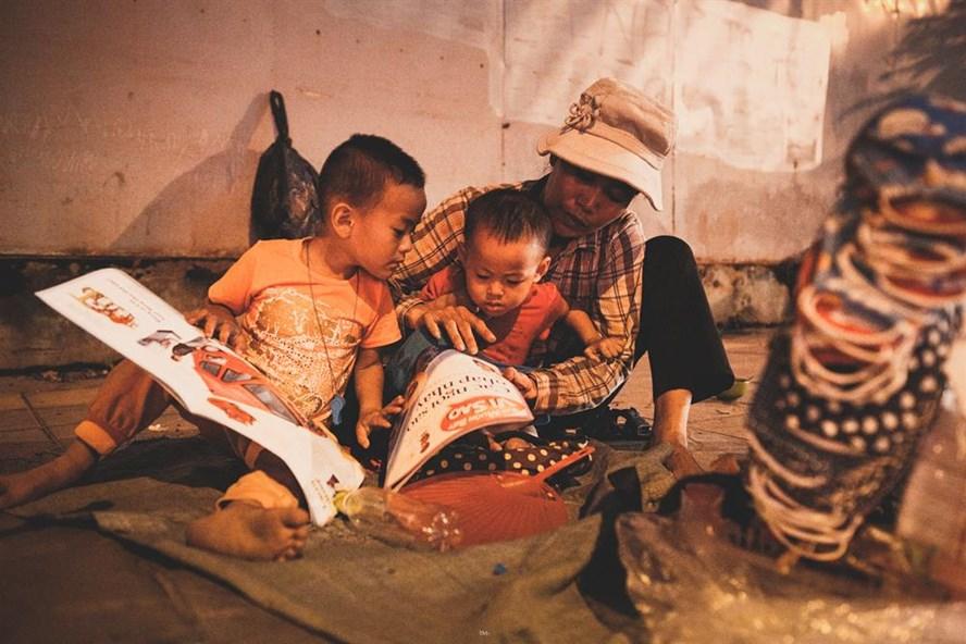 """Những ngày đầu đặt chân lên Hà Nội, bao khó khăn đổ dồn lên đôi vai của người đàn bà gốc Quảng Xương (Thanh Hóa). Nhưng 2 đứa nhỏ chính là động lực lớn nhất để chị bám trụ lại nơi """"đất khách quê người"""" này. Chị bảo: """"Giao chị việc nặng chị làm cũng không ngại, miễn là kiếm được tiền nuôi mấy đứa nhỏ""""."""