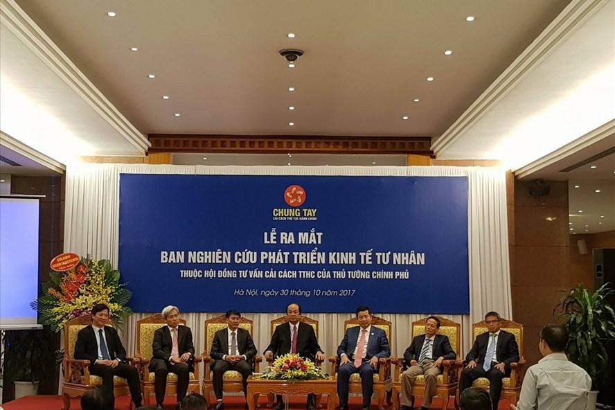 Bộ trưởng Mai Tiến Dũng (giữa) cùng các thành viên Ban nghiên cứu phát triển kinh tế tư nhân đối thoại cùng các đại biểu. Ảnh: Đ.T