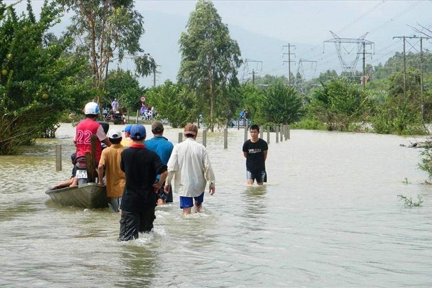 Nhiều tuyến đường tại xã Đại Lãnh (huyện Đại Lộc, tỉnh Quảng Nam) ngập sâu trong nước trong trận lũ năm 2016. Ảnh: CĐ
