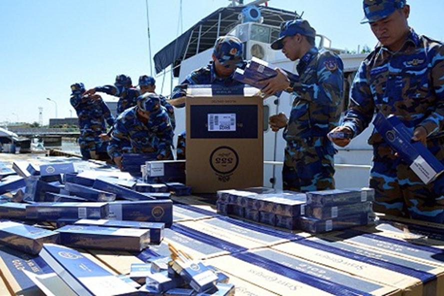 Vụ bắt giữ chiếc xuồng cao tốc chở 68.500 bao (nhãn hiệu 555), sản xuất ở nước ngoài nhập lậu do Bộ tư lệnh vùng Cảnh sát biển 1 triệt phá. Ảnh: CSB