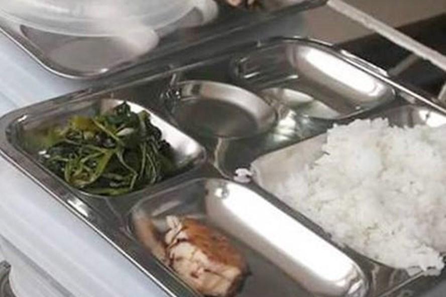 Bữa cơm của học sinh tiểu học, gồm rau muống xào và một miếng cá thu nhỏ. Ảnh: FB