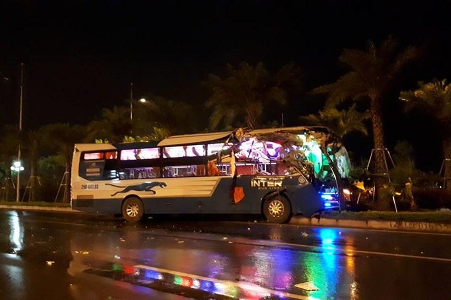 Xe khách nát đầu sau cú đâm đuôi xe tải ở Nội Bài. Ảnh Phương Sơn.