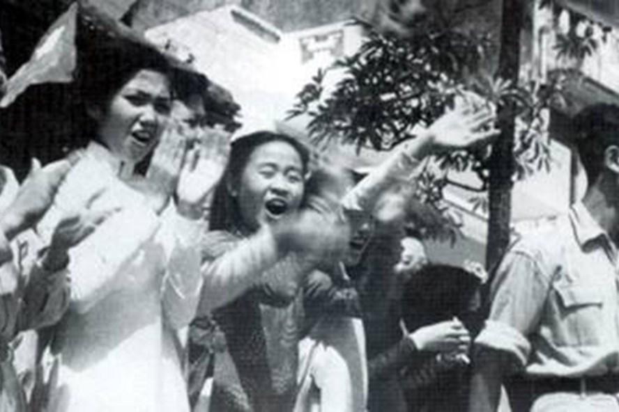 Hàng vạn người đổ ra đường trong ngày giải phóng, ai cũng mang trong mình niềm hân hoan hạnh phúc.