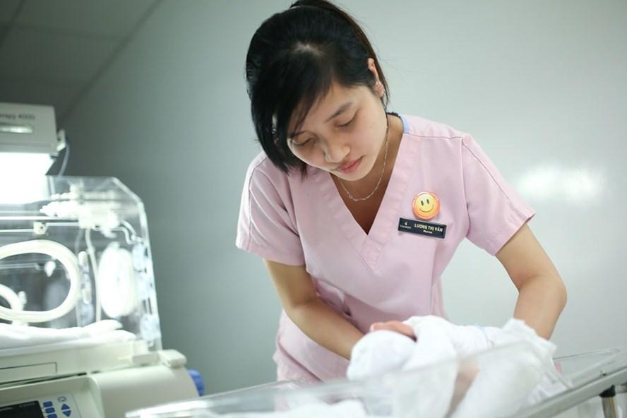 Phương án vợ chồng sinh 2 con nhưng không quy định thành luật được nhiều người ủng hộ (ảnh chụp tại một bệnh viện ở Hà Nội). Ảnh: HẢI NGUYỄN