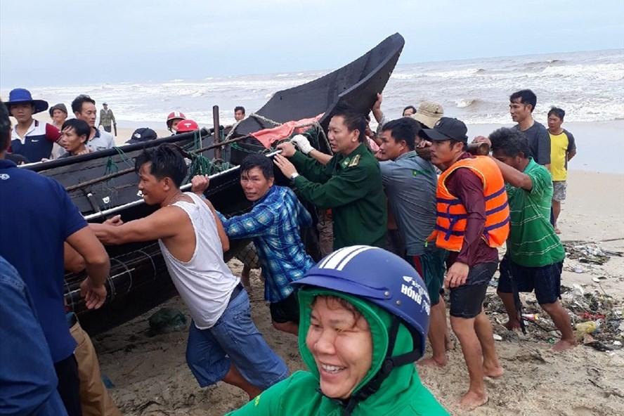 4 ngư dân và phương tiện đã được đưa vào bờ an toàn. Ảnh: V.T