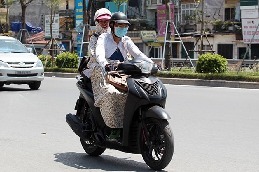 Dù lập đông, thời tiết Hà Nội vẫn có nắng nóng 30 độ.