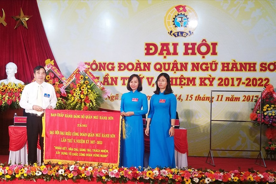 Bí thư Quận uỷ quận Ngũ Hành Sơn Lê Trung Chinh (bên trái) tặng bức trướng chức mừng đại hội