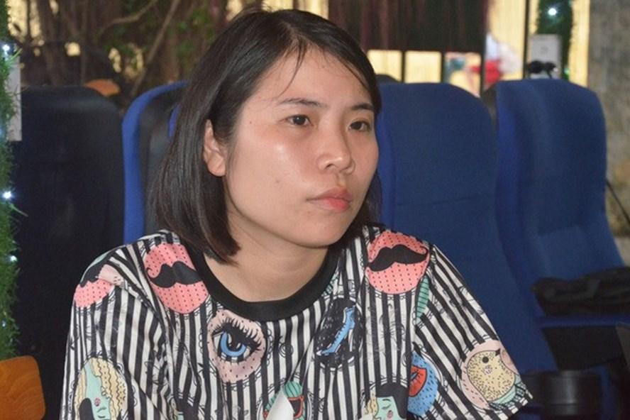 Chị Nguyễn Thị Hồng Yến nghẹn ngào kể lại giây phút chứng kiến con bị vợ mới của chồng đánh đập. Ảnh: HH