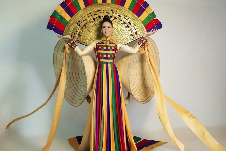 Nguyễn Thị Loan trong trang phục dân tộc.