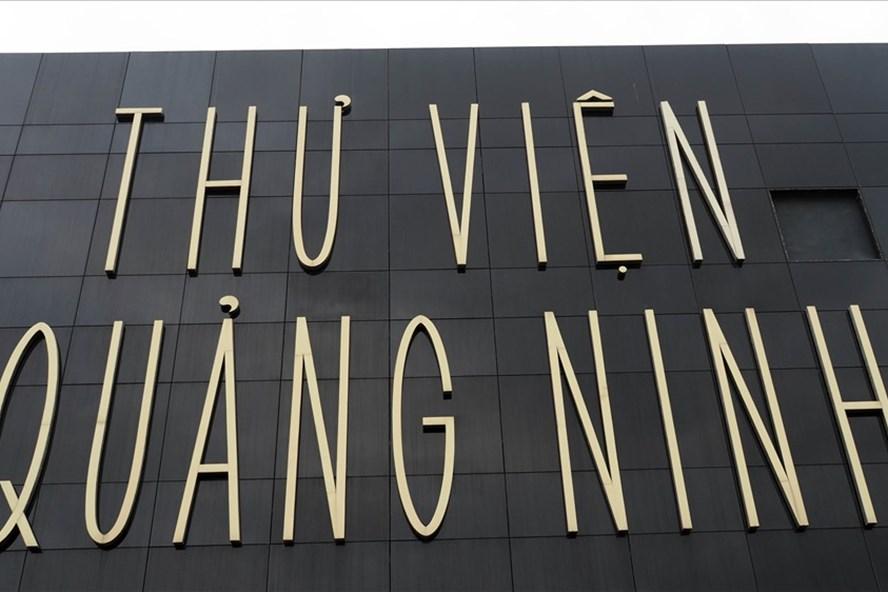 Môt mảng kính vỡ ngay trước mặt chính thư viện Quảng Ninh. Ảnh: T.N.D