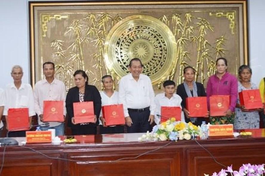 Phó Thủ tướng Thường trực Chính phủ Trương Hòa BÌnh trao quà cho người nghèo tại Bạc Liêu