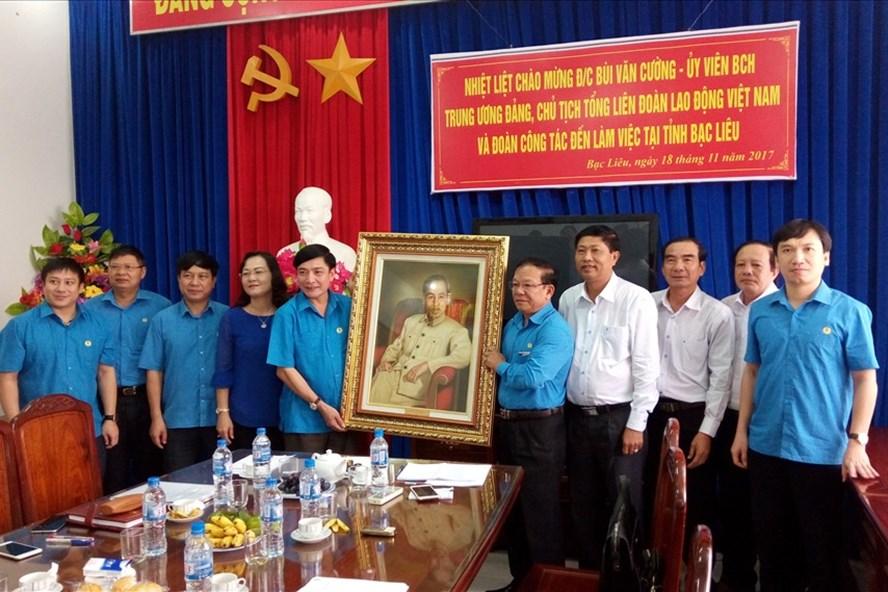 Đồng chí Bùi Văn Cường trao bức tranh lưu niệm cho LĐLĐ tỉnh Bạc Liêu.