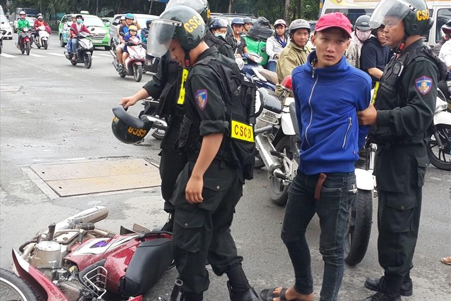 Các chiến sĩ cảnh sát cơ động khống chế bắt giữ đuối tượng cướp giật - Ảnh: Ngọc Tiến.