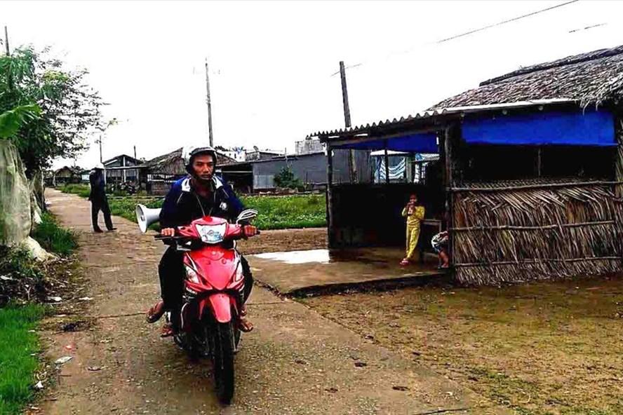 Phát loa thông báo về diễn biến áp thấp nhiệt đới tại ấp Mai Hoa, xã Nguyễn Huân, huyện Đầm Dơi, tỉnh Cà Mau.