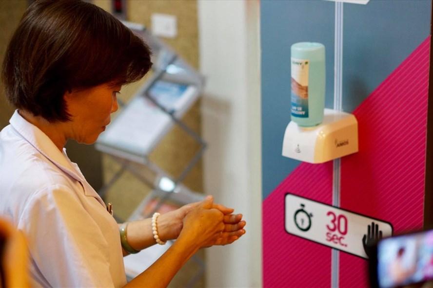 Nhiễm khuẩn bệnh viện có thể đến từ đôi bàn tay nhân viên y tế