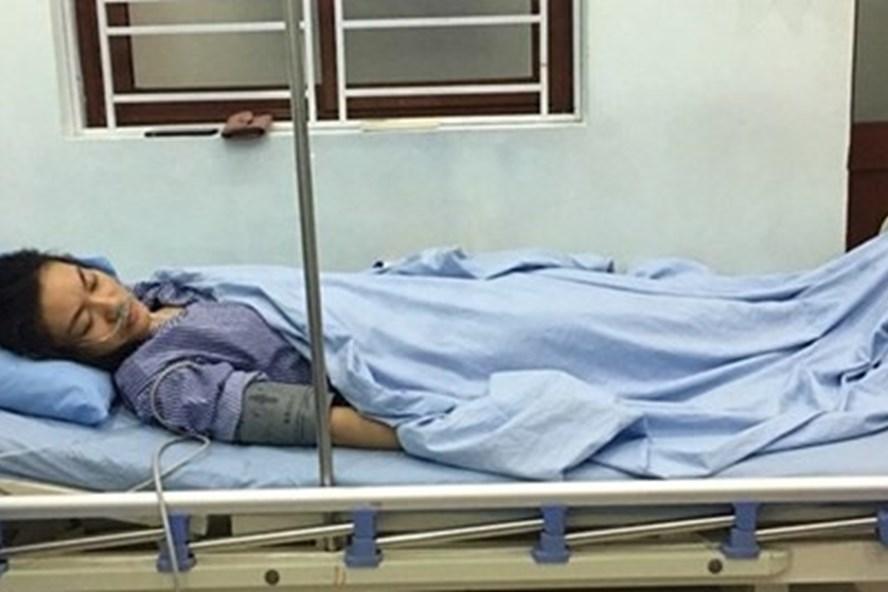 Sau khi bị phụ huynh tát, giáo viên Trường tiểu học Đặng Cương phải nhập viện điều trị. Ảnh CTV