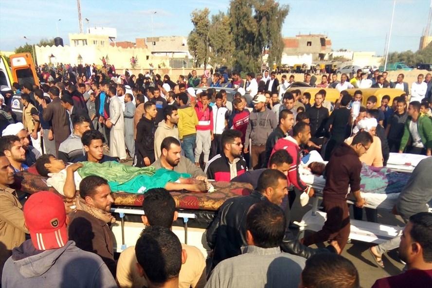 Các nạn nhân trong vụ tấn công đẫm máu vào nhà thờ Hồi giáo ở Ai Cập được đưa đến bệnh viện. Ảnh: AFP/Getty