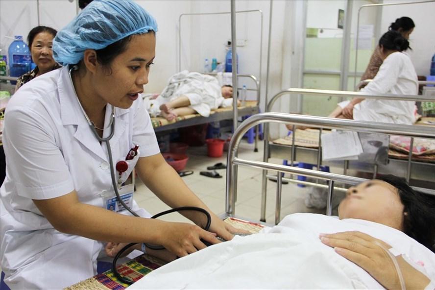 Nhân viên y tế khoa Sản 1 đang chăm sóc cho những thai phụ nằm tại khoa.  Ảnh: T.H