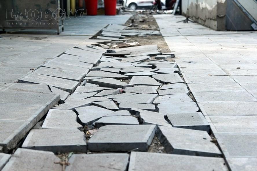 UBND quận Đống Đa, Hà Nội vừa quyết định tạm đình chỉ việc dùng đá tự nhiên để lát vỉa hè để thẩm định lại chất lượng, giá cả. Ảnh: Cường Ngô