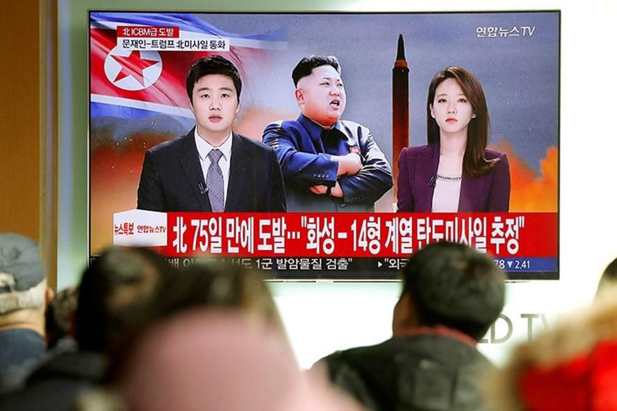 Người dân xem bản tin về vụ phóng tên lửa của Triều Tiên tại Seoul, Hàn Quốc, ngày 29.11. Ảnh: Reuters