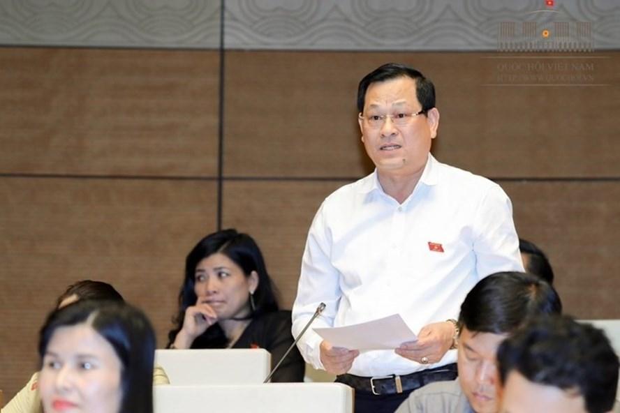ĐBQH Nguyễn Hữu Cầu chất vấn về sách giáo khoa mới (ảnh: QH).