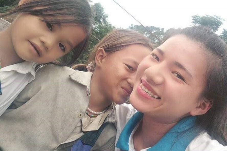 Cô giáo trẻ Hà Thị Hoa Tươi trong một lần hoạt động tình nguyện