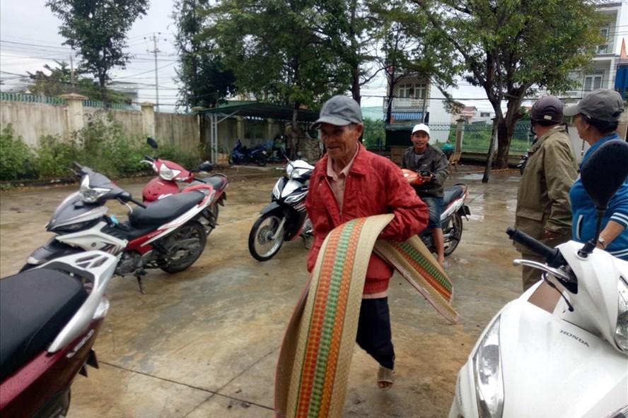 Người dân sống vùng chân núi xã Phước Đồng, Nha Trang di dời đến nơi ở an toàn từ chiều 3.11. Ảnh: T.T
