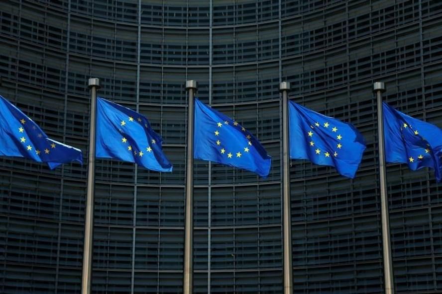 Cờ của Liên minh Châu Âu bên ngoài trụ sở Uỷ ban Châu Âu tại Brussels, Bỉ. Ảnh: Reuters