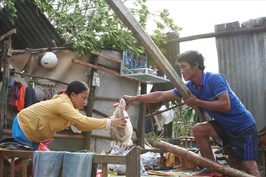Vợ chồng anh Nguyễn Văn Phước (xã Ninh Lộc, Thị xã Ninh Hòa) nhà sập, ghe chìm đang tìm lại những gì còn sót lại sau cơn bão số 12. Ảnh: T.T