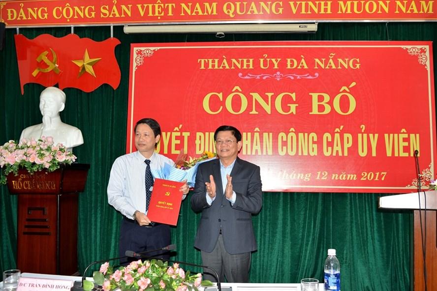 Đồng chí Võ Công Trí, Phó Bí thư Thường trực Thành ủy trao quyết định điều động cho đồng chí Ngô Xuân Thắng (Ảnh: Thành Điệp)