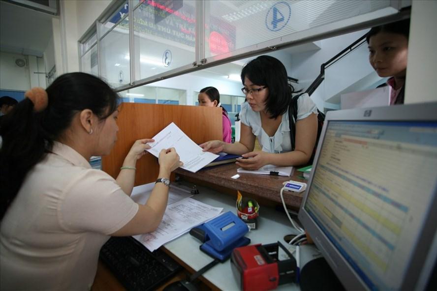 Hiện nay, những người làm việc tại các đơn vị hành chính nhà nước có mức lương thấp hơn người làm tại các doanh nghiệp tư nhân. Ảnh: LÊ TOÀN