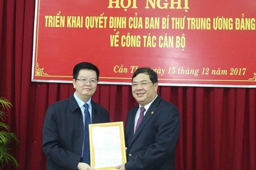 Ông Mai Văn Chính (trái) trao quyết định của Ban Bí thư cho ông Phạm Gia Túc (phải) - Ảnh: TTXVN