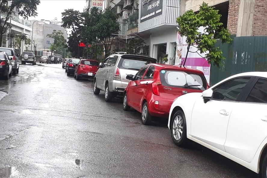 """Những con ngõ nhỏ trên các tuyến phố cũng được """"tận dụng"""" để đỗ xe. Ảnh: PĐ"""