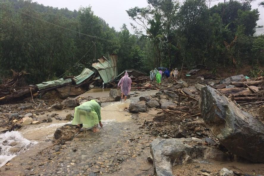 Sạt núi đã càn quét qua đây, mất dấu tích 10 căn nhà tại thôn 2, xã Trà Bui.