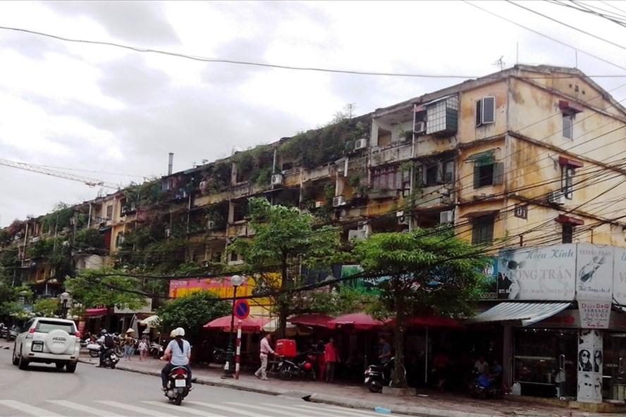 Hà Nội có nhiều khu chung cư cũ xuống cấp nghiêm trọng (ảnh: realtorvietnam.org).