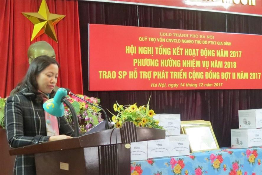 Bà Khuất Thị Khuyên - Phó Chủ tịch LĐLĐ huyện Thạch Thất - tham luận tại Hội nghị tổng kết công tác năm 2017 của Quỹ Trợ vốn CNVCLĐ nghèo thủ đô phát triển kinh tế gia đình. Ảnh: X.T