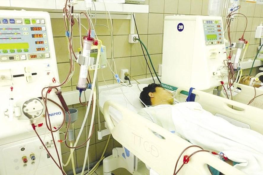 Ngộ độc rượu được cấp cứu tại Trung tâm Chống độc - Bệnh viện Bạch Mai, Hà Nội.