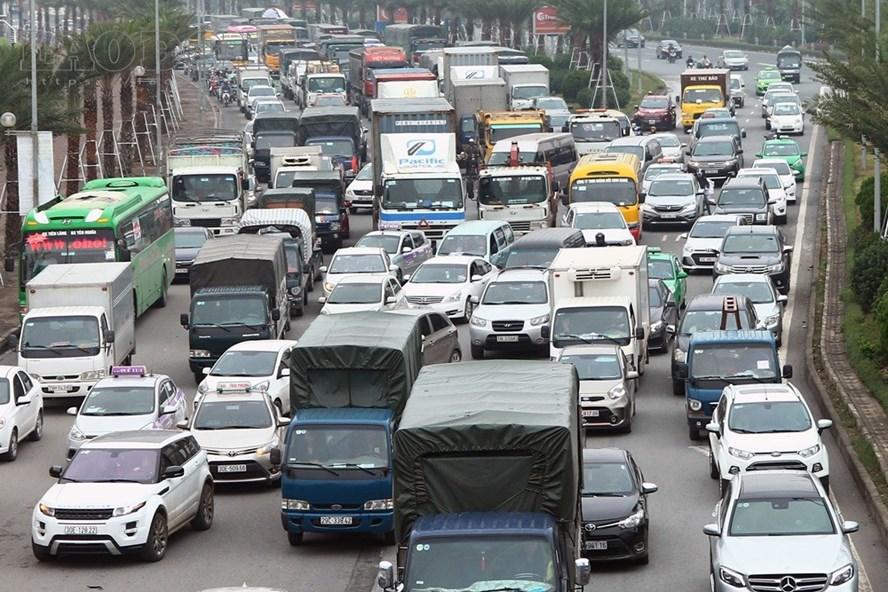 Tai nạn 4 ô tô, đại lộ Thăng Long ùn tắc cục bộ.