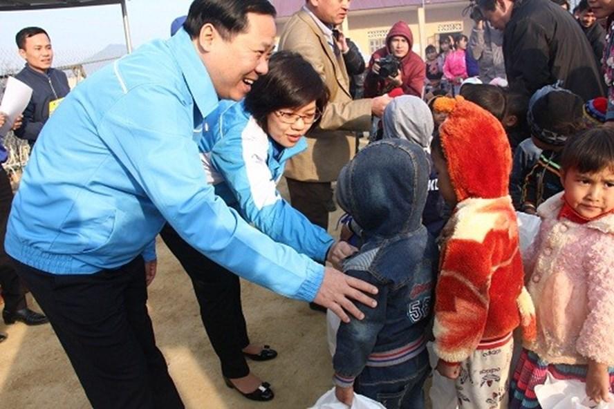 Chủ tịch T.Ư Hội LHTN VN Nguyễn Phi Long  tặng quà cho các gia đình có hoàn cảnh khó khăn.