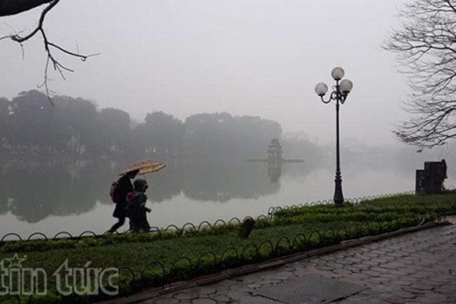 Hà Nội trời rét, có mưa nhỏ. Nhiệt độ 13 - 15 độ C.