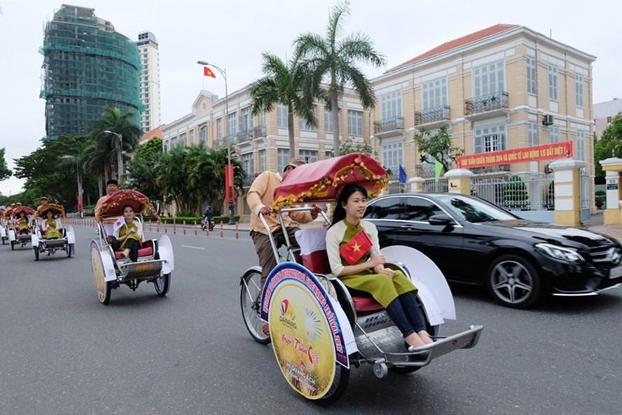 Đà Nẵng sẽ chính thức thu phí đỗ xe ô tô trên hai tuyến đường Bạch Đằng và Trần Phú từ ngày 1.1.2018.