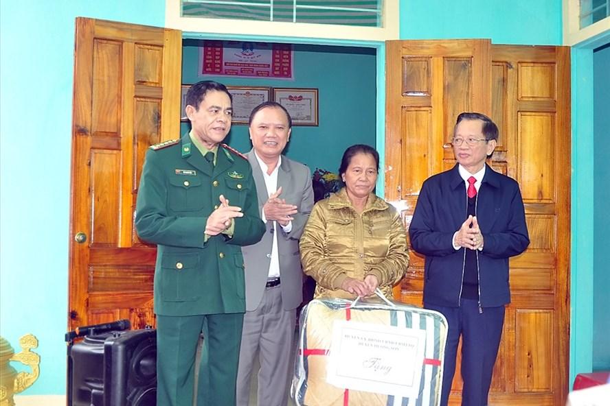 Chỉ huy Bộ đội Biên phòng Hà Tĩnh và lãnh đạo huyện Hương Sơn tặng quà cho thân nhân mẹ VNAH. Ảnh: MINH LÝ