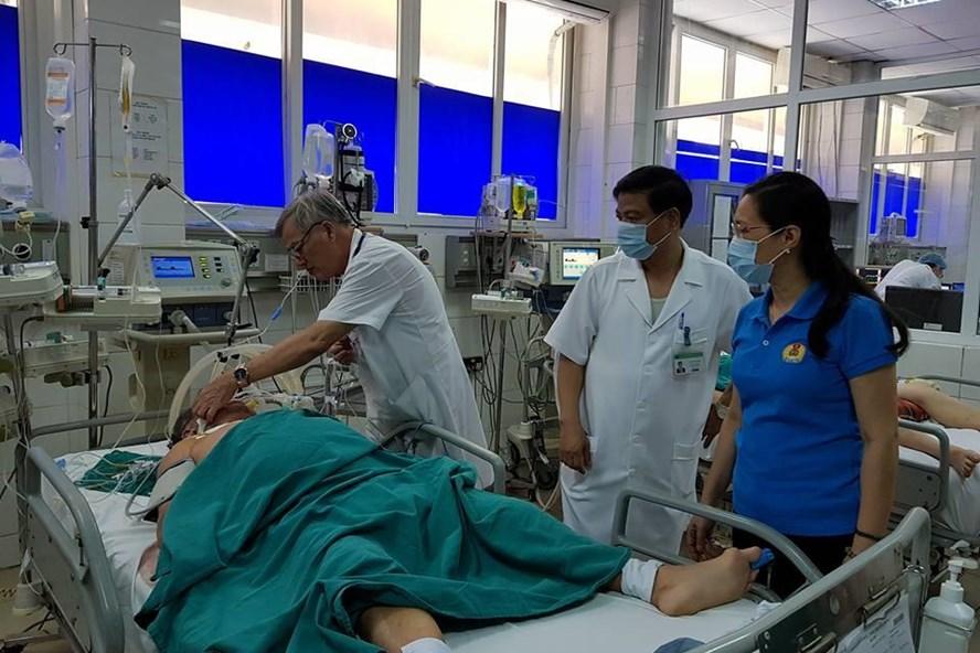 Chủ tịch CĐ YTVN Trần Thị Bích Hằng (áo xanh, bên phải) thăm các bệnh nhân nặng tại BV Nhiệt đới Trung ương. Ảnh: L.A