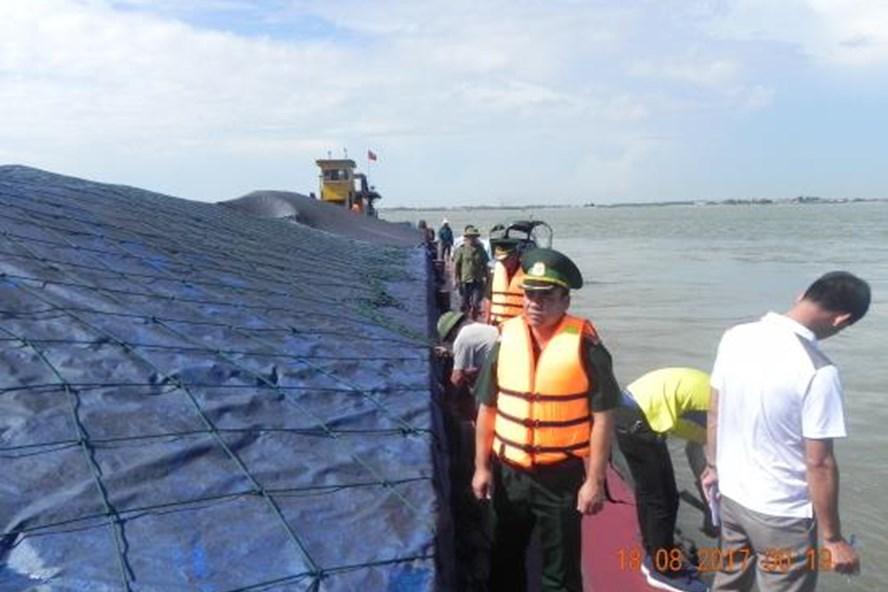 Gần 3000 tấn than không rõ nguồn gốc bị bắt trên đường vận chuyển từ Quảng Ninh về Hải Phòng - Ảnh Nguyễn Lập