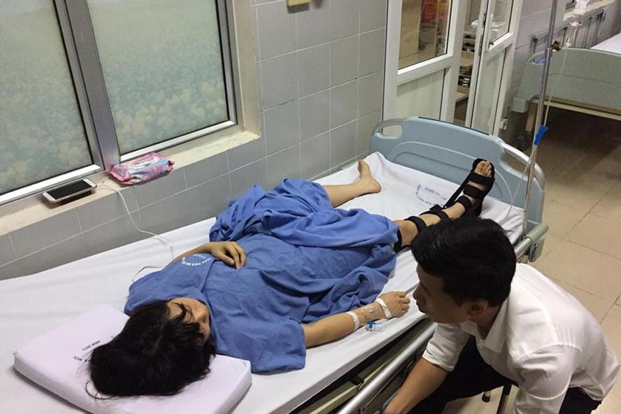 Nạn nhân bị kẹt trong thang máy hiện đang được điều trị tại Bệnh viện Đại học Y Hà Nội. Ảnh: Phạm Thùy Dung